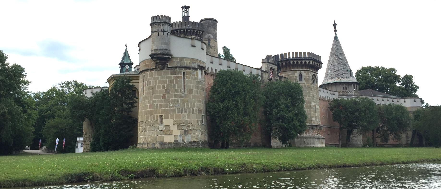 Dieses Bild zeigt das wunderschöne Schloss von aussen und gibt gleichzeitig Einblick in den Schlosspark.