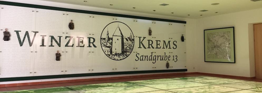 Schild mit Logo der Winzer Krems