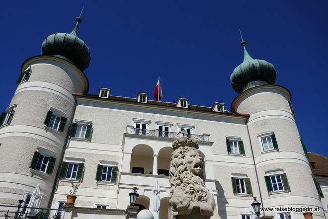 Aussenansicht vom Eingang des Schlosses