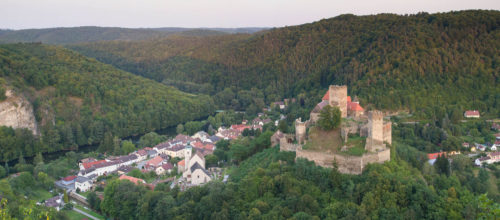 Blick ins Thayatal auf Hardegg und auf die Burg Hardegge