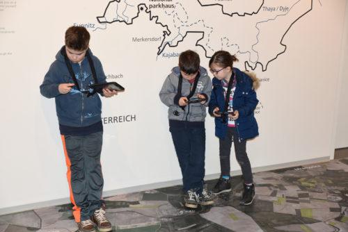 Kinder mit Tablet in der Ausstellung im Nationalparkhaus