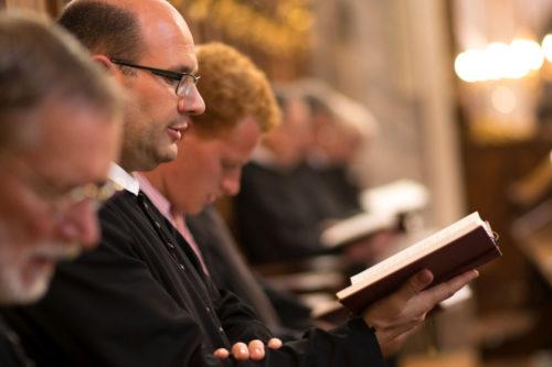 Göttweiger Benediktinermönche beim Chorgebet