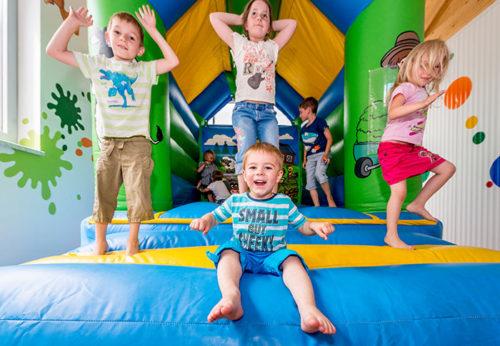 Die Hüpfburg im Kinderparadies erfreut die Kinder besonders!
