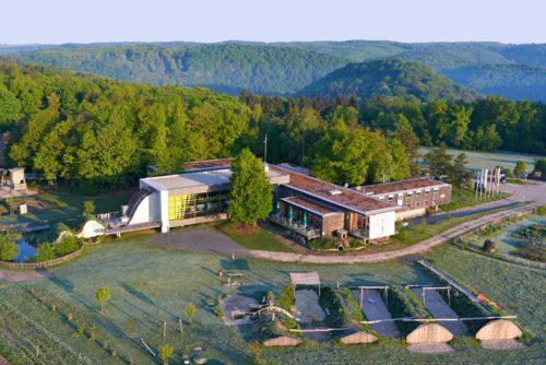 Nationalparkhaus mit Spielplatz von oben gesehen