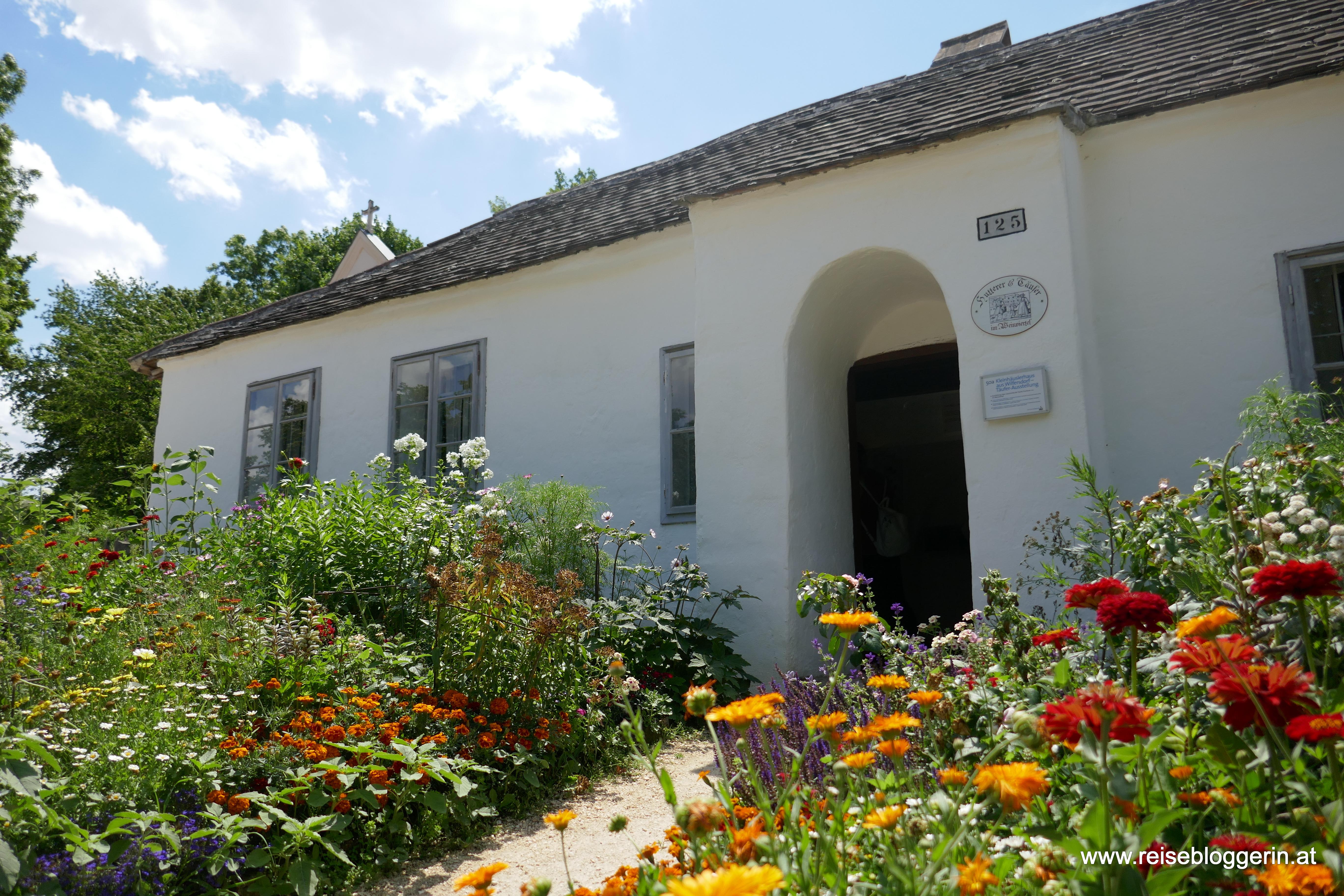 ein Haus mit Garten im Museumsdorf Niedersulz