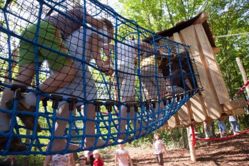 Kinder im Seiltunnel am Abenteuerspielplatz beim Nationalparkhaus