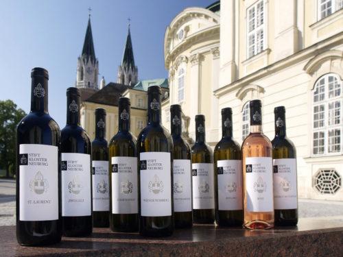 Weinflaschen mit Stift Klosterneuburg im Hintergrund