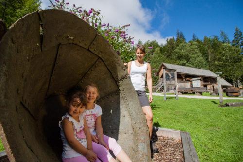 Kinder beim Eingangsbereich der Erlebniswelt Mendlingtal