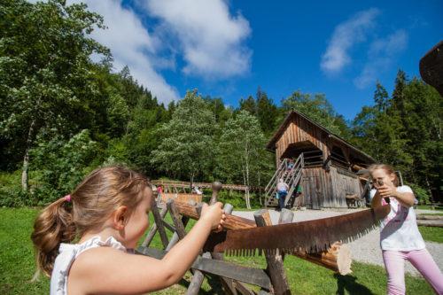 Kinder im Eingangsbereich der Erlebniswelt Mendlingtal